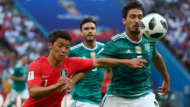Německý fotbalista Mats Hummels se snaží odstavit soupeře během utkání MS s Koreou.