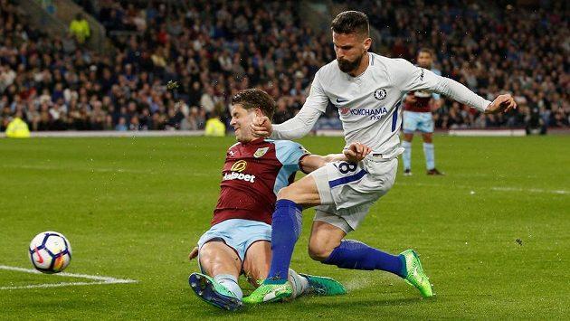 Útočník Olivier Giroud (vpravo) z Chelsea pálí, jeho střelu se snaží zblokovat James Tarkowski z Burnley.