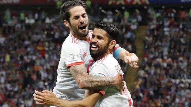 Střelec španělského gólu Diego Costa (vpravo) a Isco se radují při utkání s Íránem.