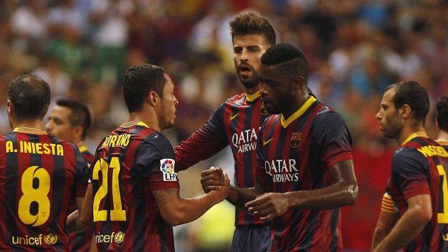 Adriano Correia (vlevo) oslavuje se spoluhráči z Barcelony gól proti Malaze.