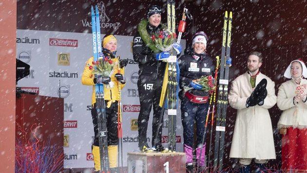 Kateřina Smutná (vpravo) na stupních vítězů Vasova běhu. Uprostřed vítězná Švédka Britta Johanssonová-Norgrenová, vlevo její krajanka Lina Kosgrenová.