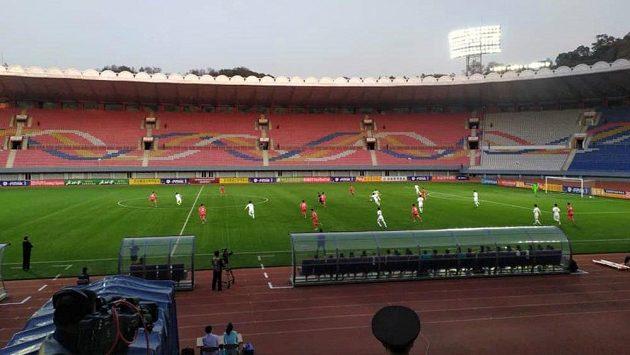 Tribuny v Pchjongjangu zůstaly při zápasu korejských rivalů prázdné.