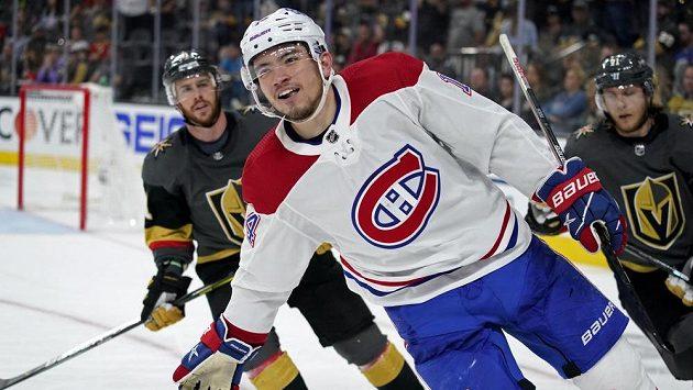 Montrealský Nick Suzuki se raduje z gólu proti Vegas.