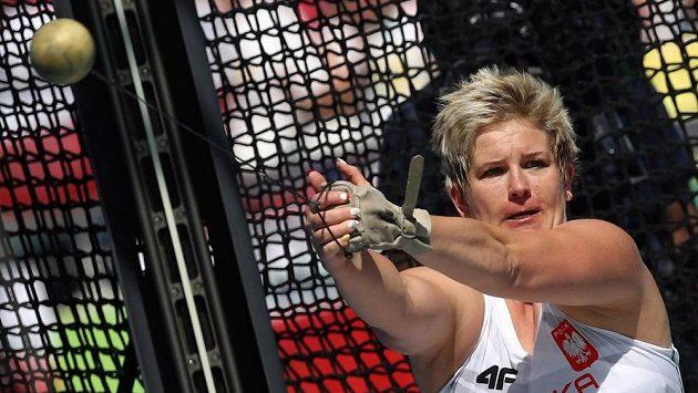 Olympijská vítězka a světová rekordmanka hází s levou rukavicí své bývalé reprezentační kolegyně.