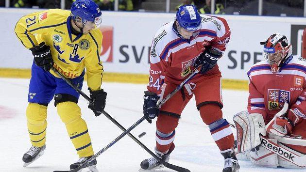 Švédský forvard Jimmie Ericsson bojuje o pozici před brankou Jakuba Kováře s obráncem Tomášem Kundrátkem.