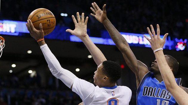 Russell Westbrook (0) z Oklahomy se prosadil přes obranu Dallasu a dává koš.