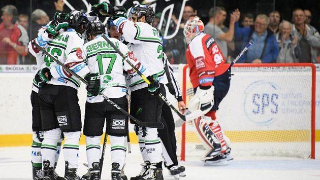 Hokejisté Mladé Boleslavi oslavují gól v utkání s Pardubicemi.