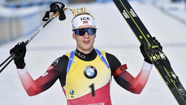 Norský biatlonista Johanes Thingnes Boe oslavuje triumf ve stíhačce v Hochfilzenu.