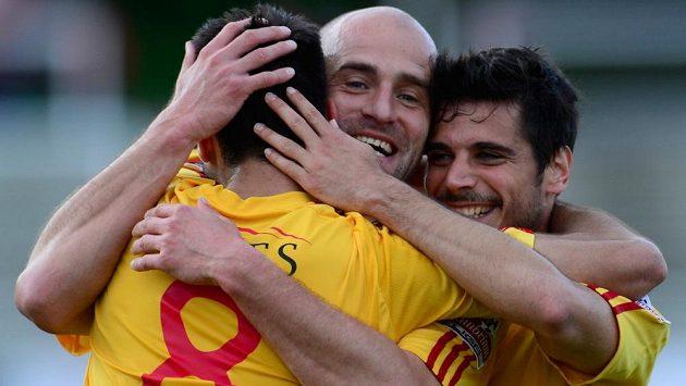 Zleva útočník Dukly Néstor Albiach Roger a obránci Jan Vorel a José Romera se radují z třetího gólu do sítě Brna.