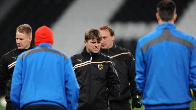 Plzeňský trenér Dušan Uhrin na tréninku před utkáním Evropské ligy se Šachtarem Doněck.