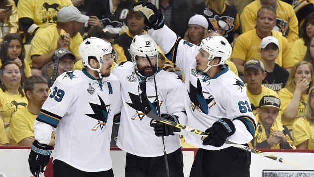 Hokejisté San Jose zleva Logan Couture, Patrick Marleau a Justin Braun se radují z gólu na ledě Penguins.