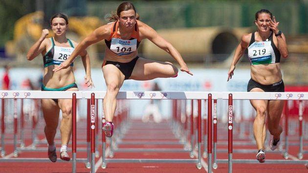 Lucie Škrobáková (uprostřed) na trati závodu 100 m překážek.