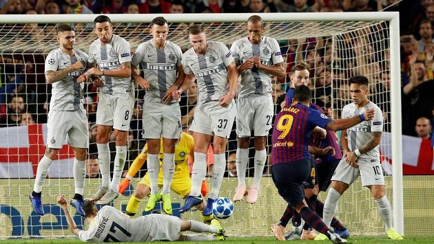 Fotbalisté Interu Milán ve zdi proti přímému kopu v utkání LM s Barcelonou.