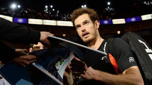 Andy Murray se podepisuje fanouškům na Turnaji mistrů v Londýně.