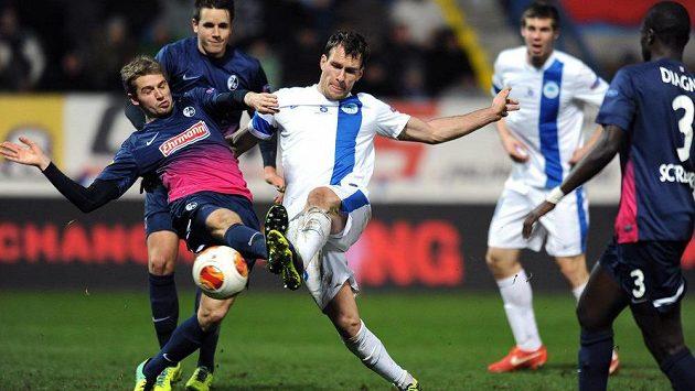 O míč svádějí souboj Sebastian Kerk z Freiburgu (vlevo) a útočník Slovanu Liberec Michael Rabušic.