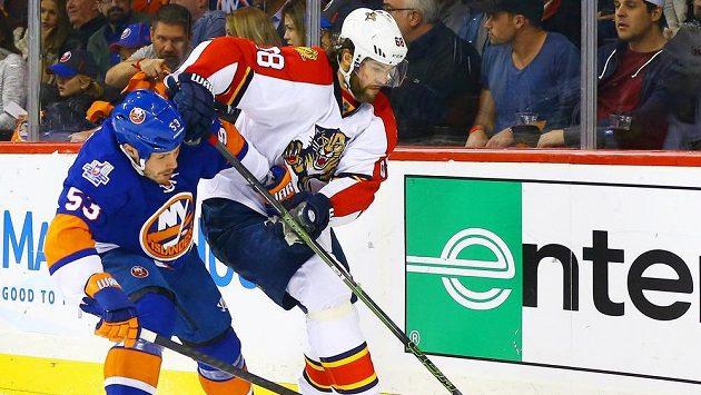 Jaromír Jágr v souboji s Caseym Cizikasem z New York Islanders.