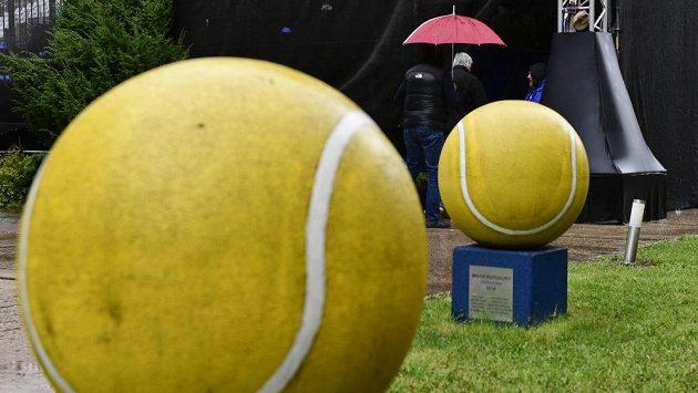 První den tenisového turnaje žen J&T Banka Prague Open v pražské Stromovce pokazil 29. dubna 2019 vytrvalý déšť. Všechny plánované zápasy prvního kola musely být odloženy na úterý.