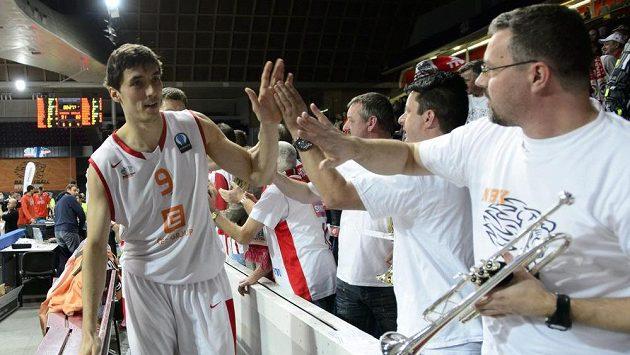 Nymburský basketbalista Jiří Welsch se zdraví s fanoušky