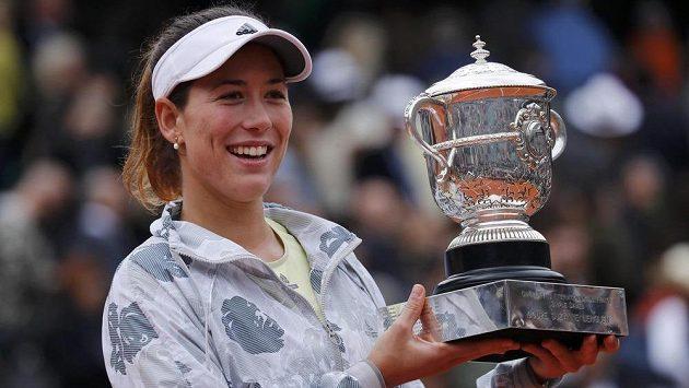 Španělská tenistka Garbiňe Muguruzaová s trofejí pro vítěze French Open.