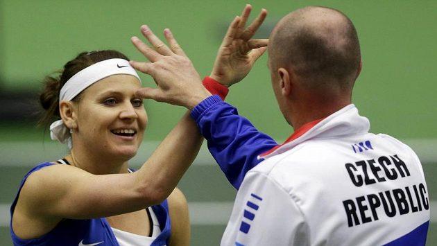 Lucie Šafářová si plácá po výhře s nehrajícím kapitánem českých tenistek Petrem Pálou.