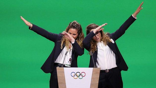 Snowboardistka Michela Moioliová (vlevo) a lyžařka Sofia Goggiaová během letní prezentace úspěšné kandidatury Milána a Cortiny na zimní olympijské hry 2026.