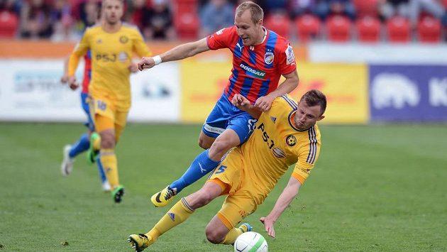 Plzeňský záložník Daniel Kolář a Jiří Krejčík z Jihlavy (vpravo) v utkání 24. kola Gambrinus ligy.