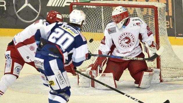 Hynek Zohorna (uprostřed) z Brna dává gól třineckému brankáři Šimonu Hrubcovi.