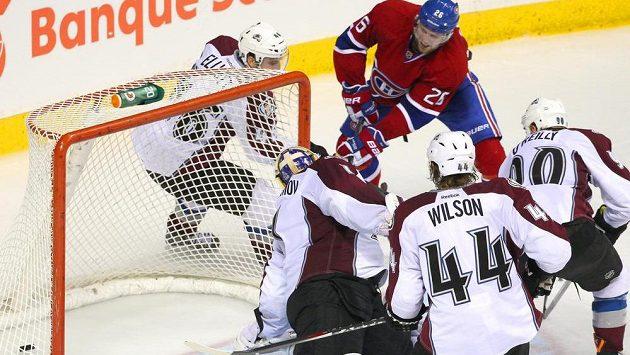 Jiří Sekáč z Montrealu (č. 26) v obklíčení hokejistů Colorada překonává v přípravném duelu brankáře Semjona Varlamova.