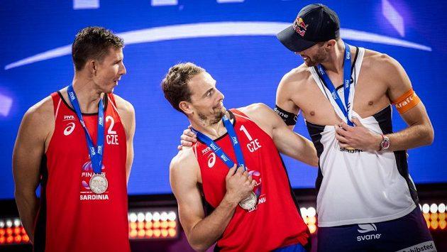 Zleva David Schweiner, Ondřej Perušič, norský beachvolejbalista Anders Mol a dobrá nálada při vyhlášení finále Světové série v Cagliari.