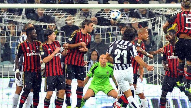 Středopolař Juventusu Andrea Pirlo (uprostřed) střílí gól v utkání proti AC Milán.