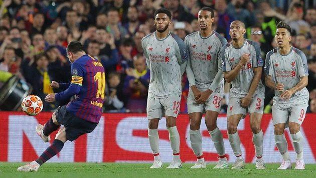 Lionel Messi báječně zakroutil svůj trestný kop a liverpoolský brankář Alison na míč nedosáhl.