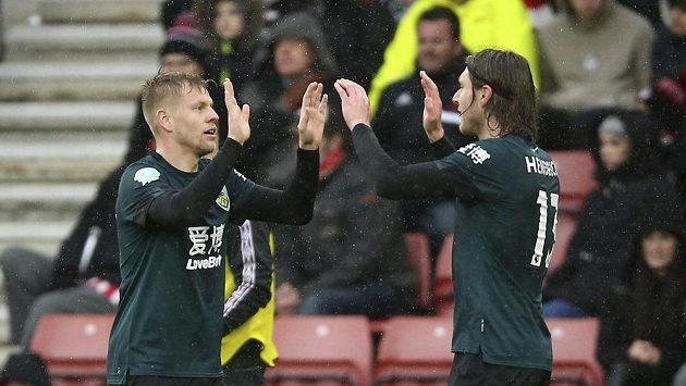 Matěj Vydra (vlevo) z Burnley při utkání se Southamptonem.