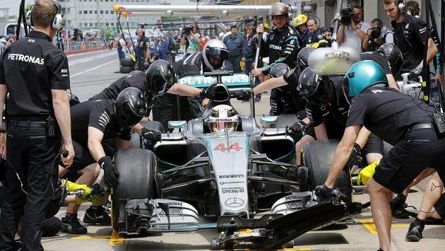 Hamilton při tréninku v Kanadě zastavuje se svým mercedesem v depu kvůli výměně pneumatik.