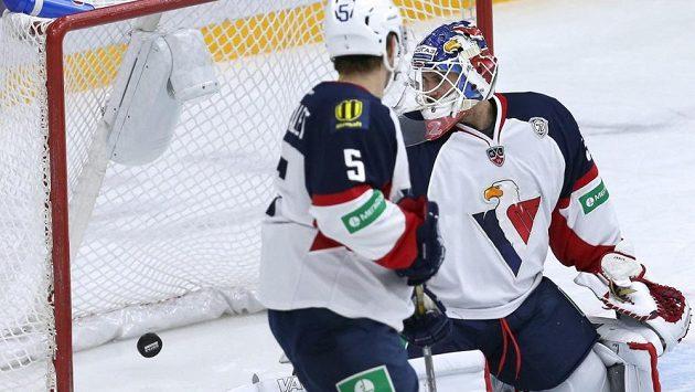 Brankář hokejistů Slovanu Bratislava Jaroslav Janus inkasuje gól.