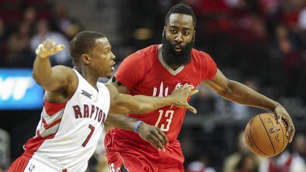 Jamese Hardena (vpravo) z Houstonu brání Kyle Lowry z Toronta.