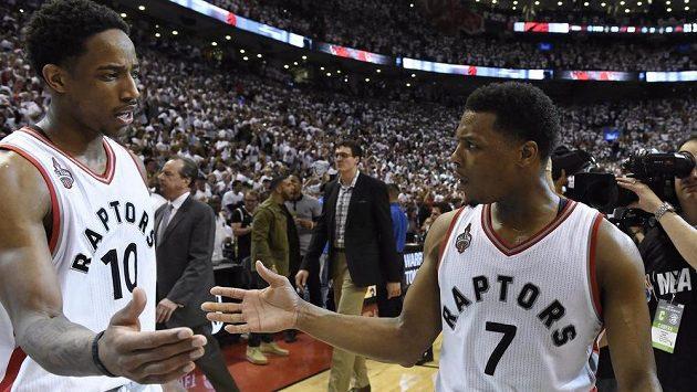 Basketbalisté Toronta Raptors' DeMar DeRozan a Kyle Lowry (7) se radují z druhé výhry nad Clevelandem Cavaliers v play off NBA.