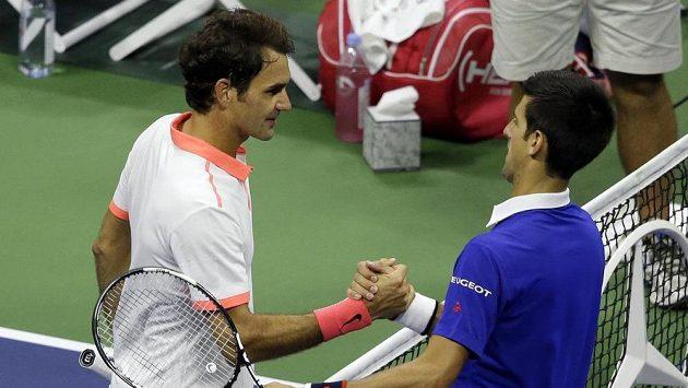 Roger Federer (vlevo) gratuluje Novaku Djokovičovi k triumfu na US Open.