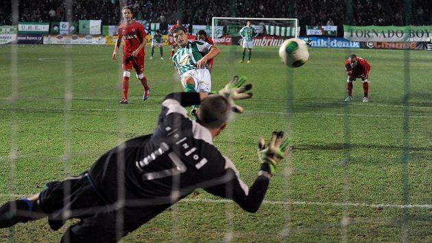 Josef Jindříšek z Bohemians proměňuje nařízenou penaltu.