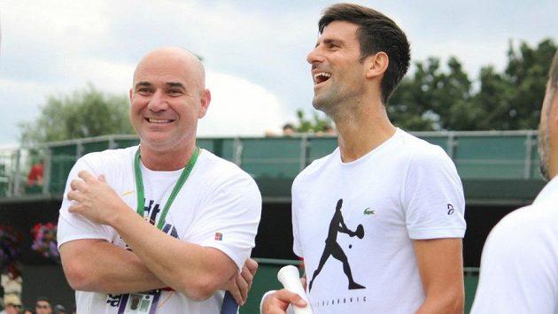 Novak Djokovič a Andre Agassi ve Wimbledonu.