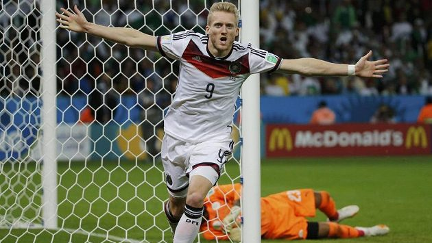 André Schürrle slaví vítězný gól Německa v osmifinále MS s Alžírskem.