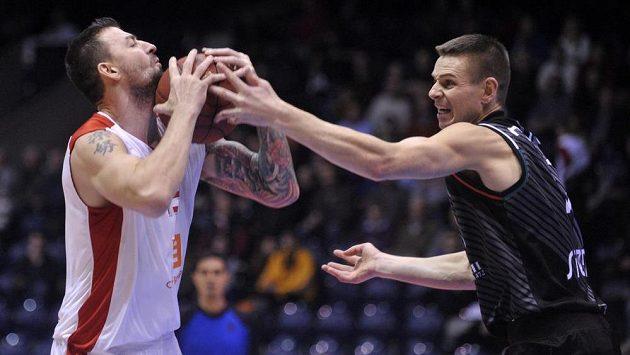 Radoslav Rančík (vlevo) z Nymburka si chrání míč před Spencerem Nelsonem ze Sieny.