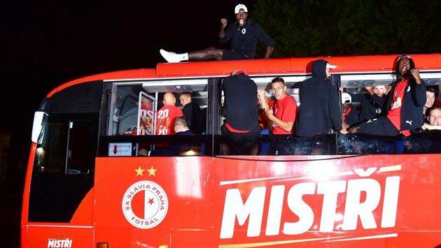 """Zhruba kolem desáté hodiny večer vyrazil tým na triumfální jízdu otevřeným autobusem přes město. Vozidlo zdobily nápisy """"mistři"""", klubový znak či dvě zlaté hvězdy, každá z nich symbolizující vždy po 10 titulech."""