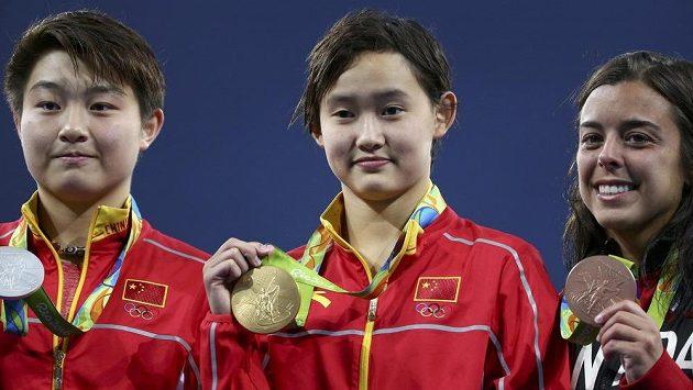 Čínské skokanky do vody - zleva druhá S' Ja-ťie, uprostřed zlatá Žen Čchien a třetí Kanaďanka Benfeitová.