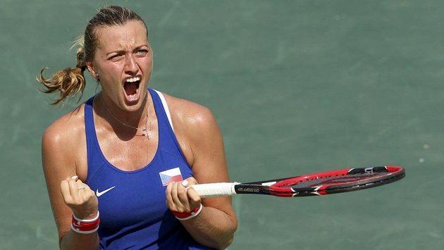 Otočila zápas a jde dál. Petra Kvitová postoupila do čtvrtfinále olympijského trunaje, když po velké bitvě porazila Rusku Jekatěrinou Makarovovou 4:6, 6:4 a 6:4.