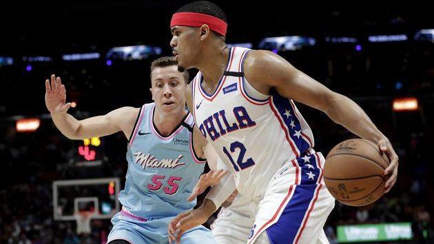 Tobias Harris (vpravo) z Philadelphie se snaží obejít Duncana Robinsona z Miami.