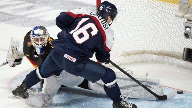 Slovenský útočník Adam Lantoši střílí gól do sítě Německa na MS juniorů v Kanadě.
