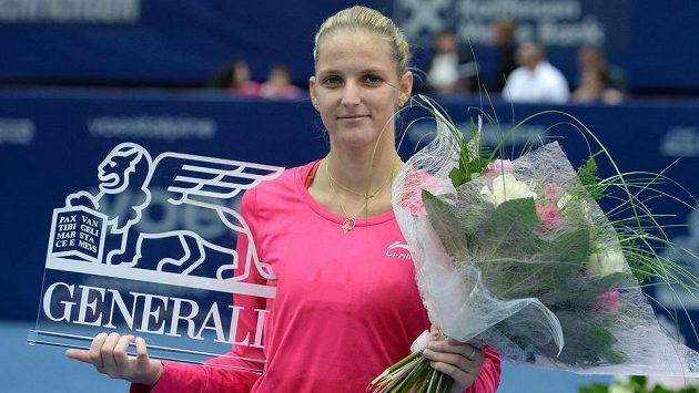 Karolína Plíšková s trofejí pro vítězku tenisového turnaje v Linci. Zahraje si i finále Fed Cupu?
