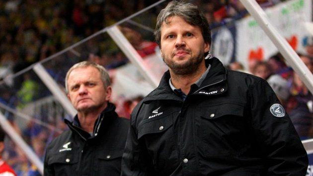 Jan Tomajko (vpravo) na střídačce hokejistů Olomouce.