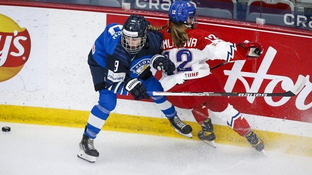 Česká hokejistka Klára Hymlarová v akci na mistrovství světa během utkání s Finkami. (ilustrační foto)