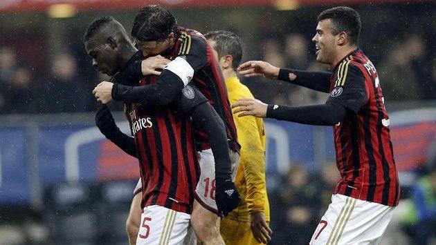Mario Balotelli (vlevo) a jeho spoluhráči z AC Milán Riccardo Montolivo a Andrea Petagna se radují z výhry.
